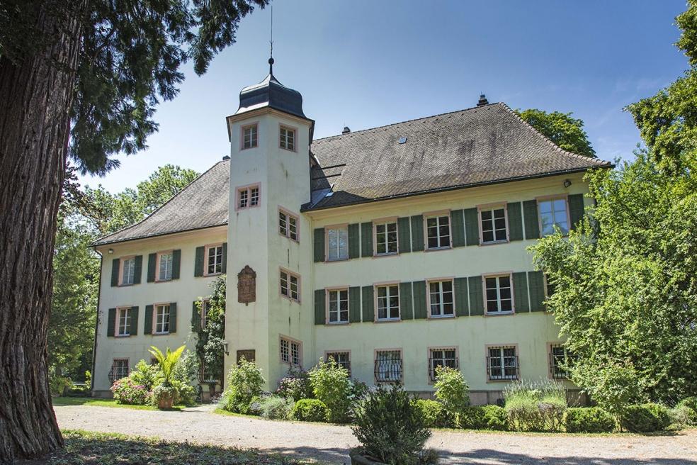 Das Schloss in Bad Krozingen. Dort finden die Schlosskonzerte Bad Krozingen statt. Im Schloss befindet sich auch eine Sammlung von historischen Tasteninstrumenten.